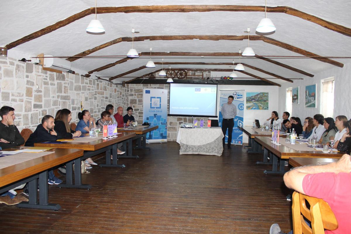 """Projekt """"YOUth   drive"""":  Jačanje svijesti mladih o pravilnom zbrinjavanju otpada i osnaživanje zakonodavaca za djelovanje"""